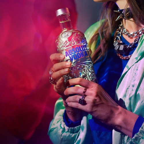 Absolut-Comeback_Bottle_Hand_Girl_Foot_1_1_still.jpg